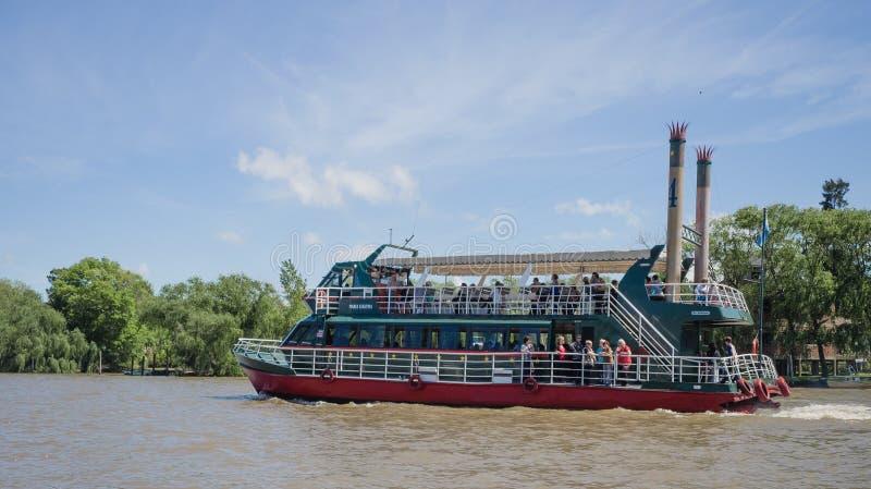 Barco en el delta de la placa del río, la Argentina imagenes de archivo
