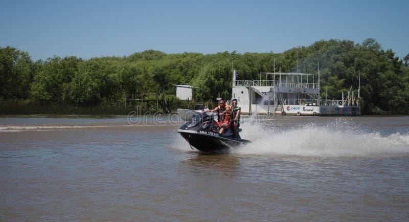 Barco en el delta de la placa del río, la Argentina foto de archivo libre de regalías