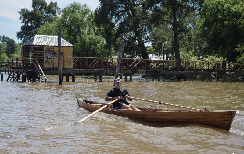 Barco en el delta de la placa del río, la Argentina foto de archivo
