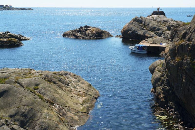 Barco en el embarcadero por el mar foto de archivo libre de regalías