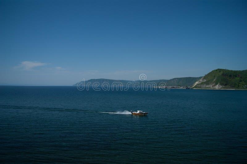 Barco en el lago Baikal fotografía de archivo