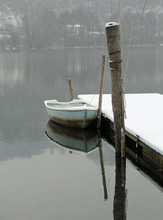 Barco en el lago con nieve fotos de archivo libres de regalías