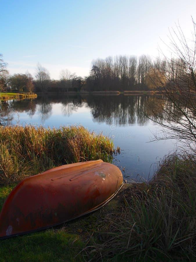 Barco en el lago de la trucha fotos de archivo libres de regalías