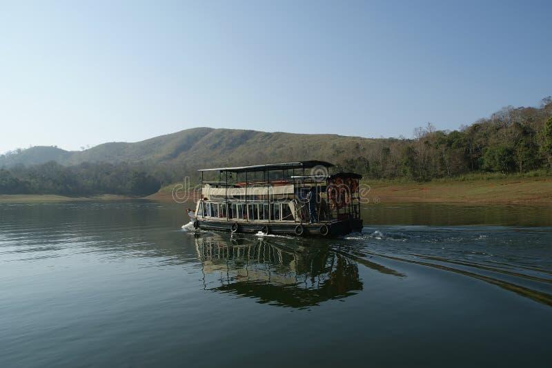 Barco en el lago del bosque, parque nacional de Periyar foto de archivo