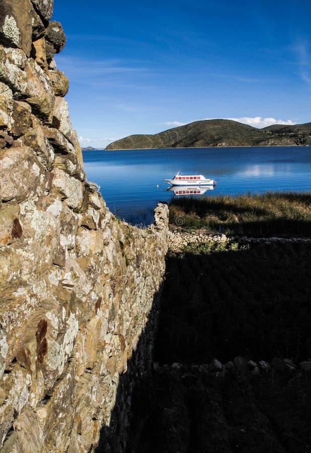 Barco en el lago Titicaca foto de archivo libre de regalías