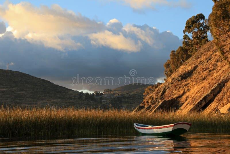 Barco en el lago Titicaca, isla del sol foto de archivo
