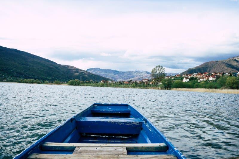 barco en el lago en un día de verano Lago Plav en Montenegro, embarcadero de madera o embarcadero foto de archivo libre de regalías