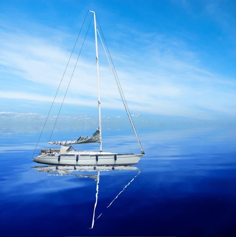 Barco en el mar imagenes de archivo