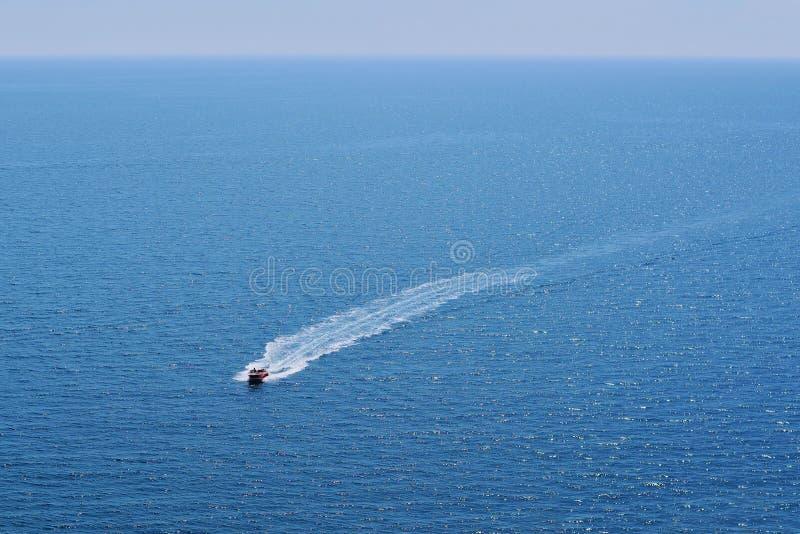 Barco en el mar abierto fotos de archivo
