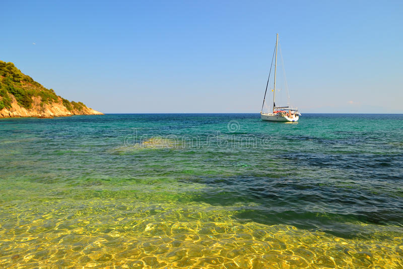 Barco en el mar asombroso imagen de archivo