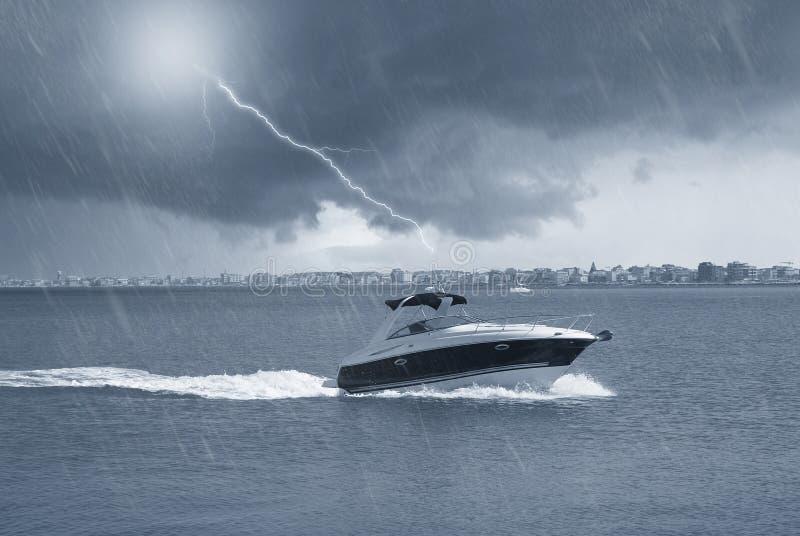 Barco en el mar bajo la lluvia fotos de archivo libres de regalías