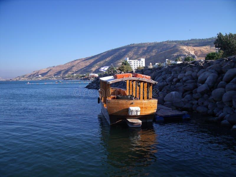 Barco en el mar de Galilea, de Kinneret, del lago de Gennesaret, o del lago Tiberíades fotografía de archivo libre de regalías