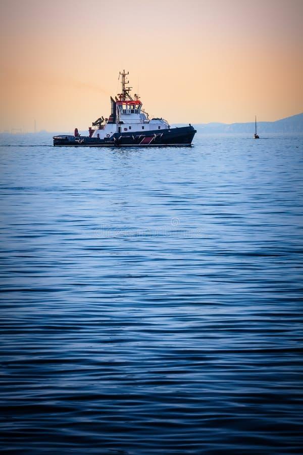 Barco en el mar en puesta del sol Carguero de la pesca por la tarde tranquila fotos de archivo libres de regalías