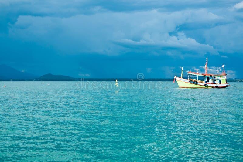 Barco en el océano foto de archivo