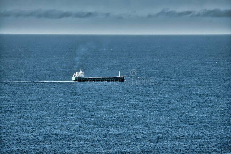 Barco en el océano abierto fotos de archivo libres de regalías