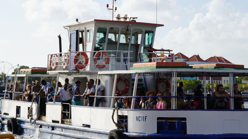 Barco en el puerto de Willemstad fotos de archivo libres de regalías