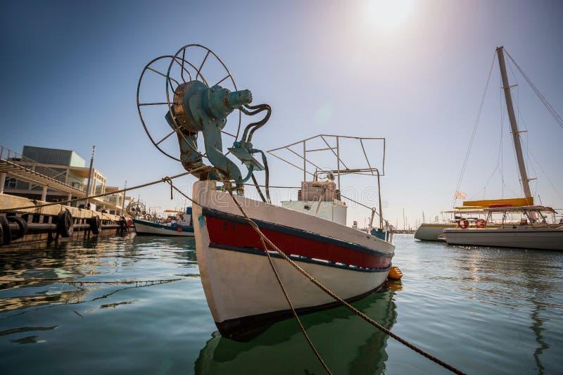 Barco en el puerto viejo de Limassol, Chipre fotos de archivo