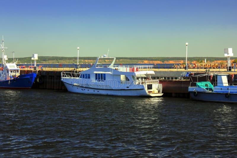 Barco en el río foto de archivo