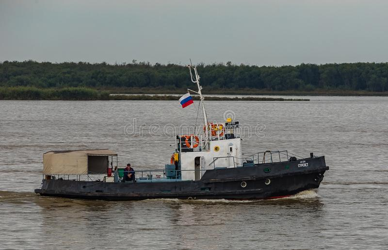 Barco en el río Amur imagenes de archivo