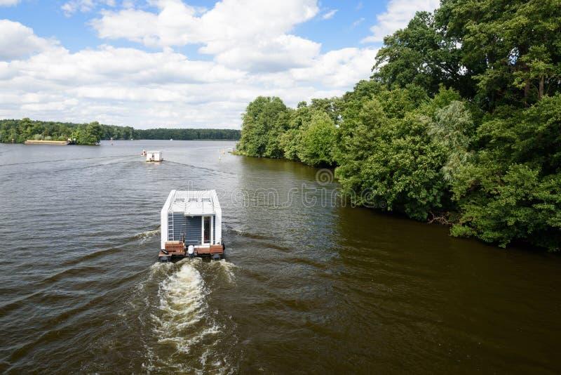 Barco en el río Dahme en Berlín fotos de archivo