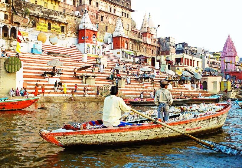Barco en el río el Ganges cerca de ghats santos con la gente en ceremonia de la madrugada de Varanasi, la India, imagen de archivo libre de regalías