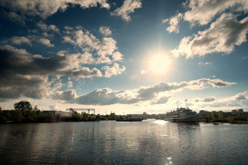 Barco en el río Kama fotos de archivo