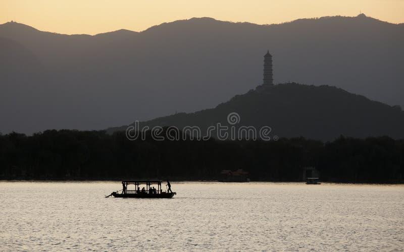 Barco en el sol de configuración foto de archivo