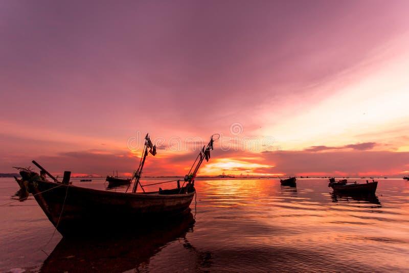 Barco en fondo de la puesta del sol imagenes de archivo