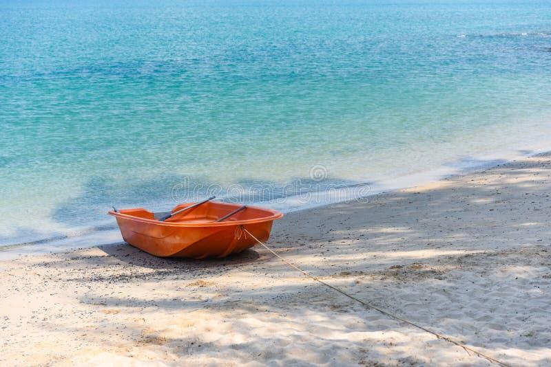 barco en hermoso arenoso del mar del fondo del verano de la playa del oc?ano azul fotos de archivo libres de regalías