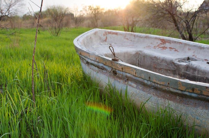 Barco en hierba imagen de archivo