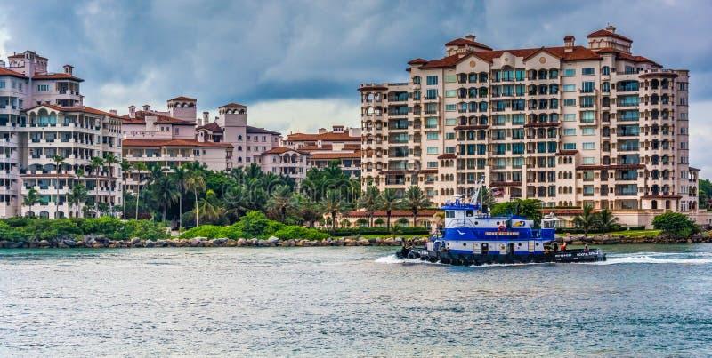 Barco en la bahía de Biscayne y edificios en Fisher Island, visto de S fotografía de archivo