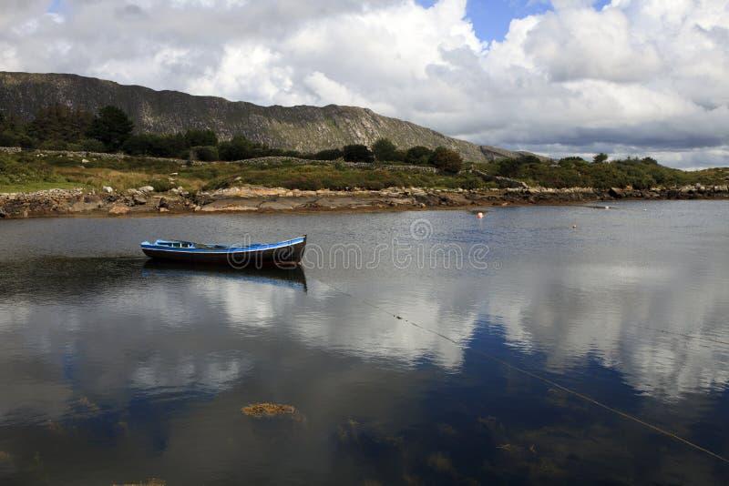 Barco en la bahía de Connemara imagen de archivo