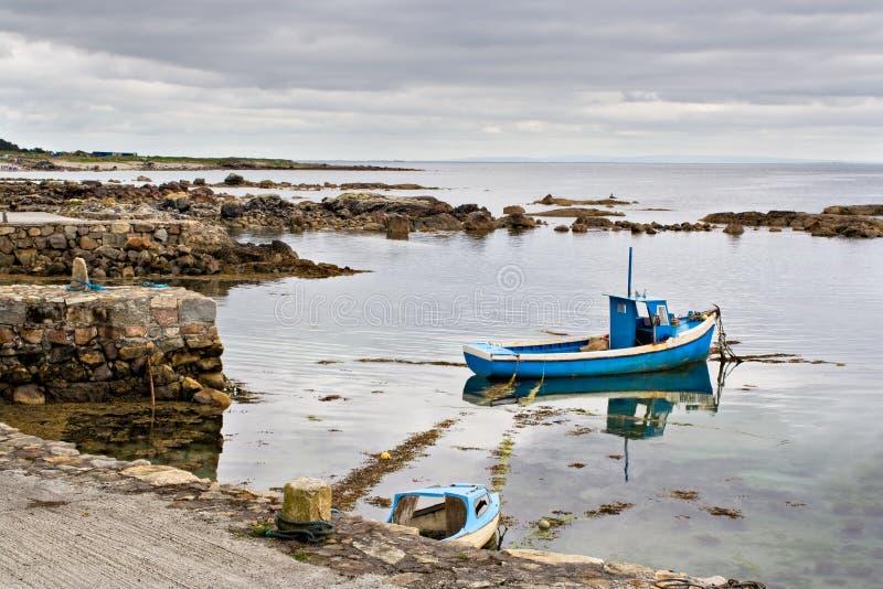 Barco en la bahía de Galway foto de archivo libre de regalías