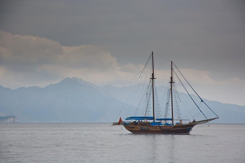 Barco en la bahía de Turunc foto de archivo