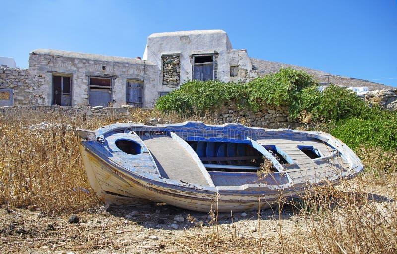 Barco en la isla de Folegandros imagenes de archivo