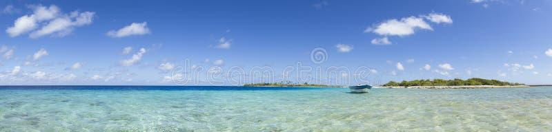 Barco en la opinión panorámica de la laguna azul imagen de archivo libre de regalías