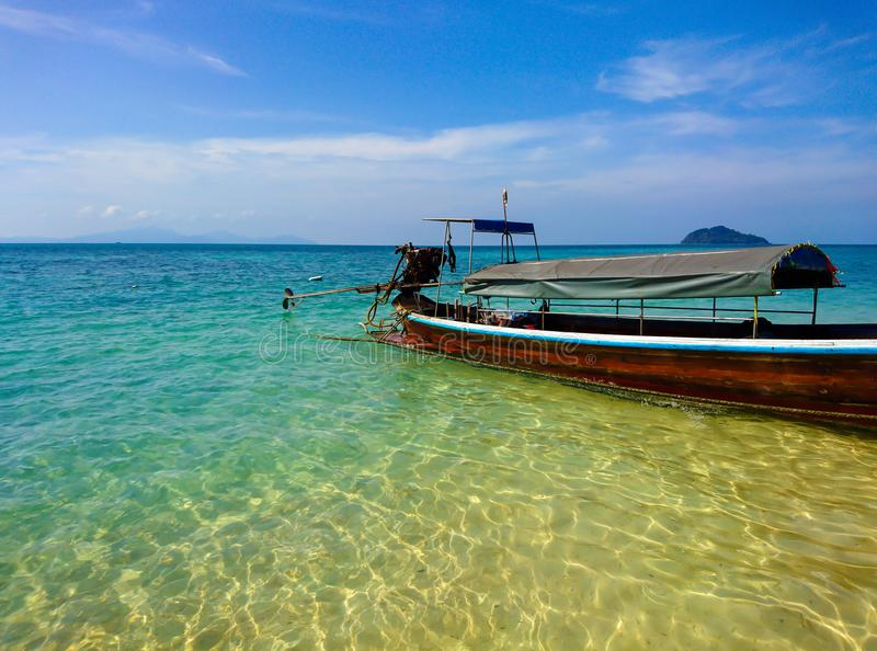 Barco en la playa de la isla de Koh Bulone, Satun fotografía de archivo libre de regalías