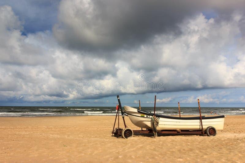 Barco en la playa del mar Báltico imagen de archivo libre de regalías