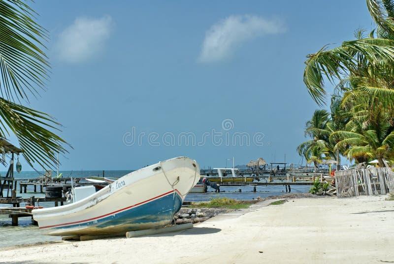 Barco en la playa en el calafate de Caye imagen de archivo