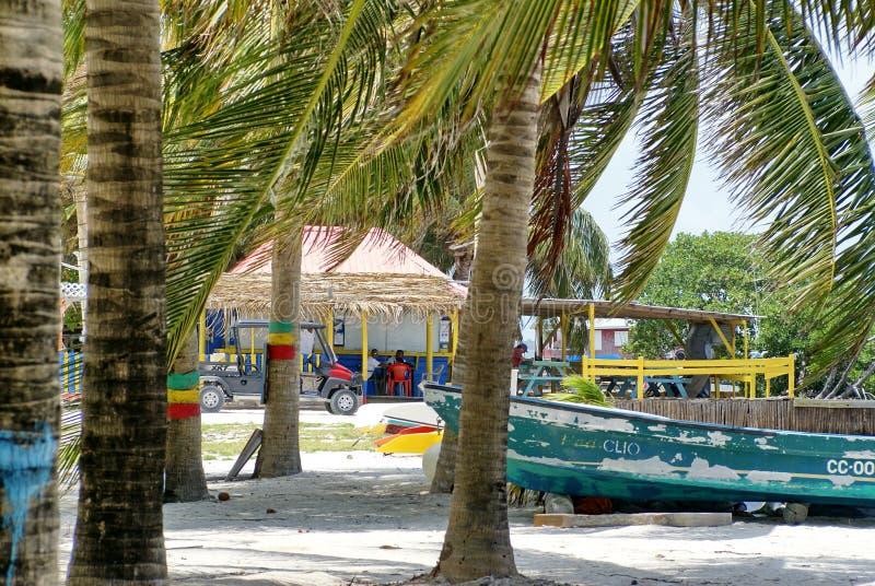 Barco en la playa en el calafate de Caye imágenes de archivo libres de regalías