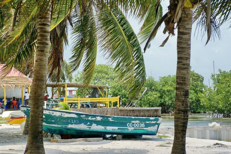 Barco en la playa en el calafate de Caye foto de archivo libre de regalías