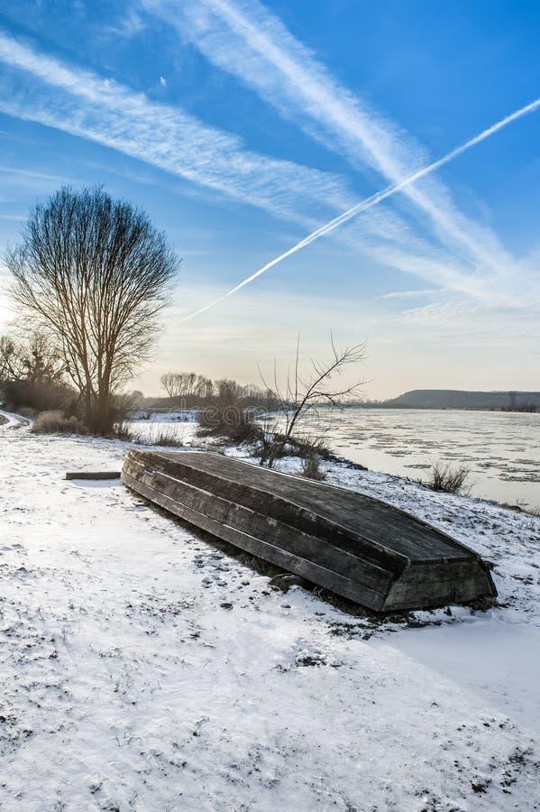 Barco en la playa en invierno fotos de archivo libres de regalías