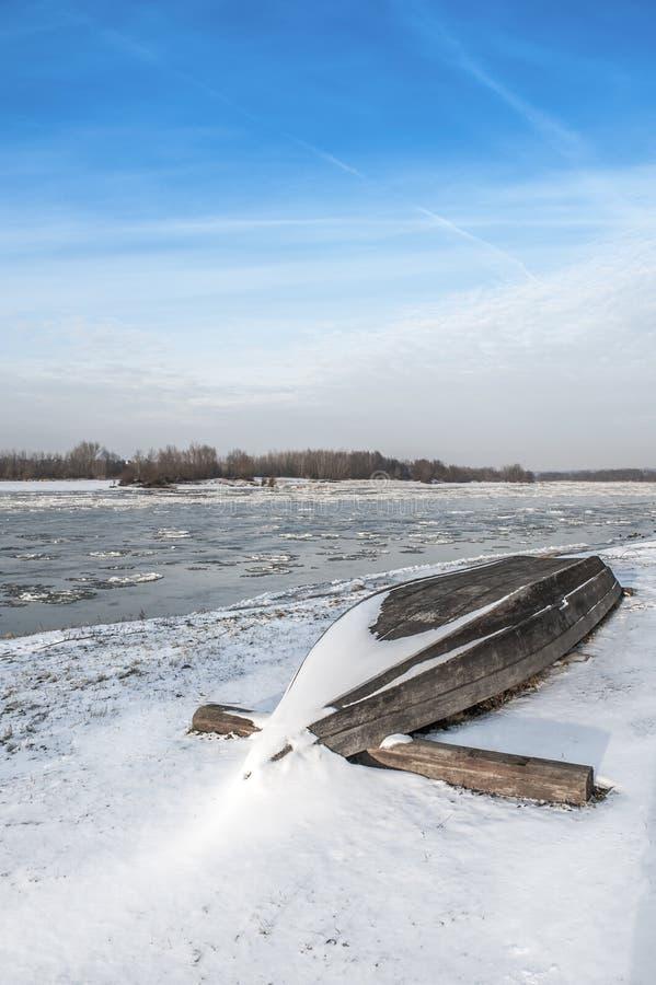Barco en la playa en invierno imagenes de archivo