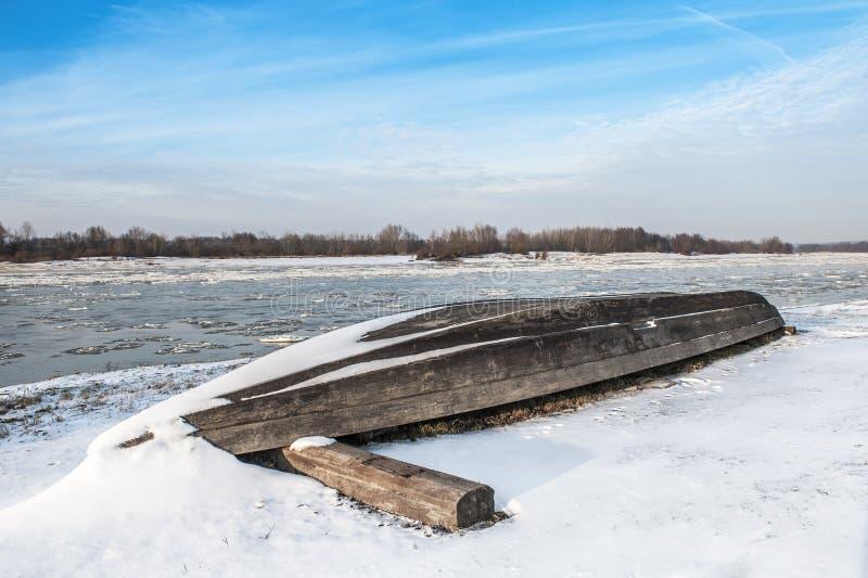Barco en la playa en invierno fotografía de archivo
