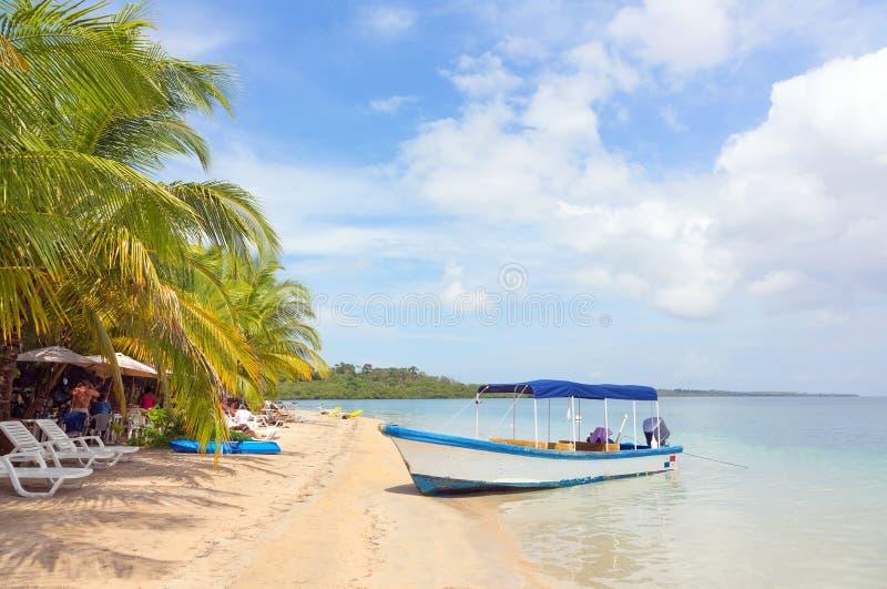 Barco en la playa, Panamá imagen de archivo