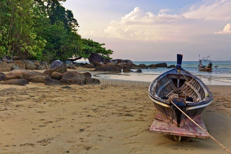 Barco en la playa en la puesta del sol fotografía de archivo libre de regalías