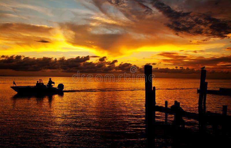 Barco en la puesta del sol foto de archivo libre de regalías