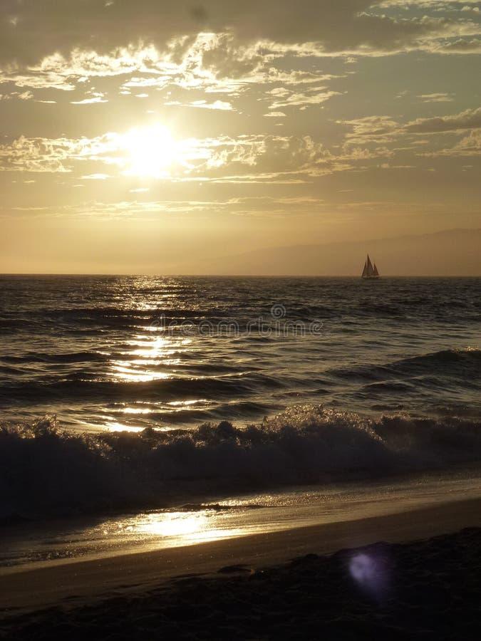 Barco en la puesta del sol anaranjada fotografía de archivo