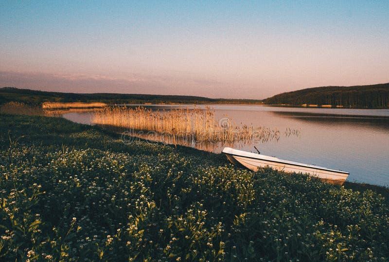 Barco en la puesta del sol fotografía de archivo