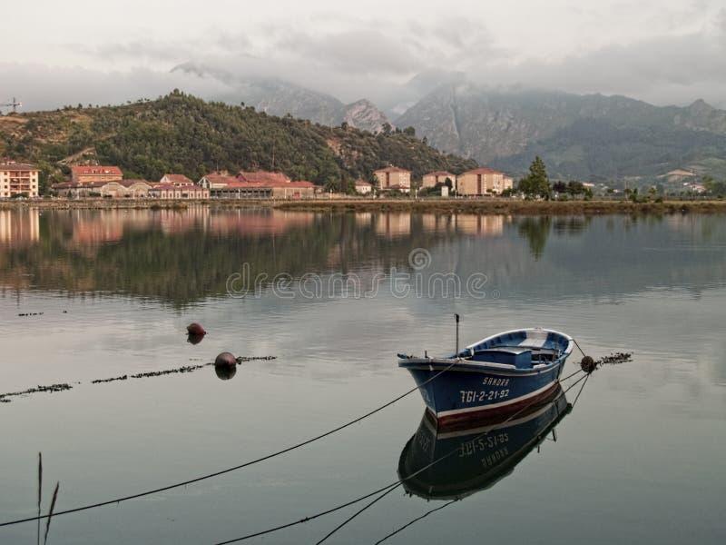 Barco en la puesta del sol en Ribadesella imagen de archivo libre de regalías